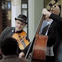 【音楽】スペインバルセロナで撮影されたストリートミュージシャンと民衆の心温まる動画