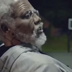 【スポーツ】バスケットボールの試合に乱入したある人の超絶なテクニックに皆が絶叫。